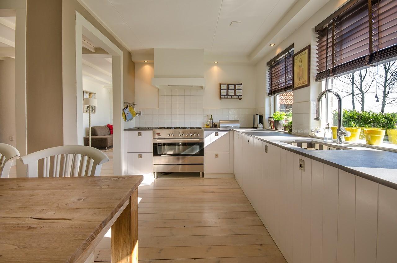 Cozinha Grande Com Pia, Mesa E Armários Protegida Por Uma Porta Blindada Residencial
